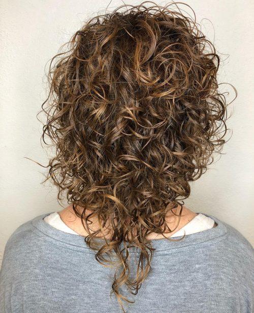 Cheveux bouclés de longueur moyenne avec coupe en V