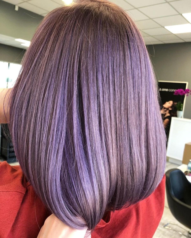 Couleur de cheveux violet métallique