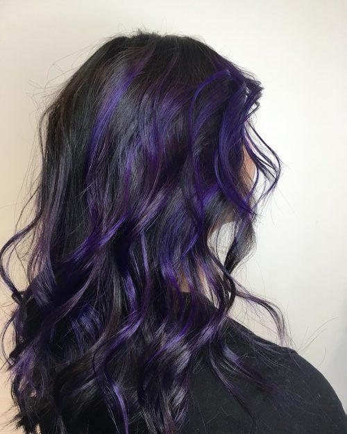 Mèches de cheveux violettes