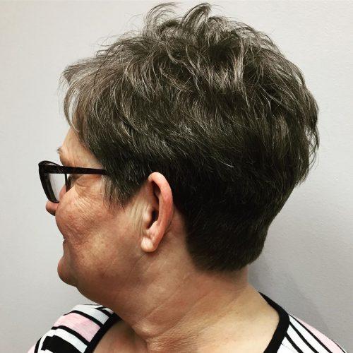 Coupe texturée pour cheveux épais pour femme de plus de cinquante ans à lunettes