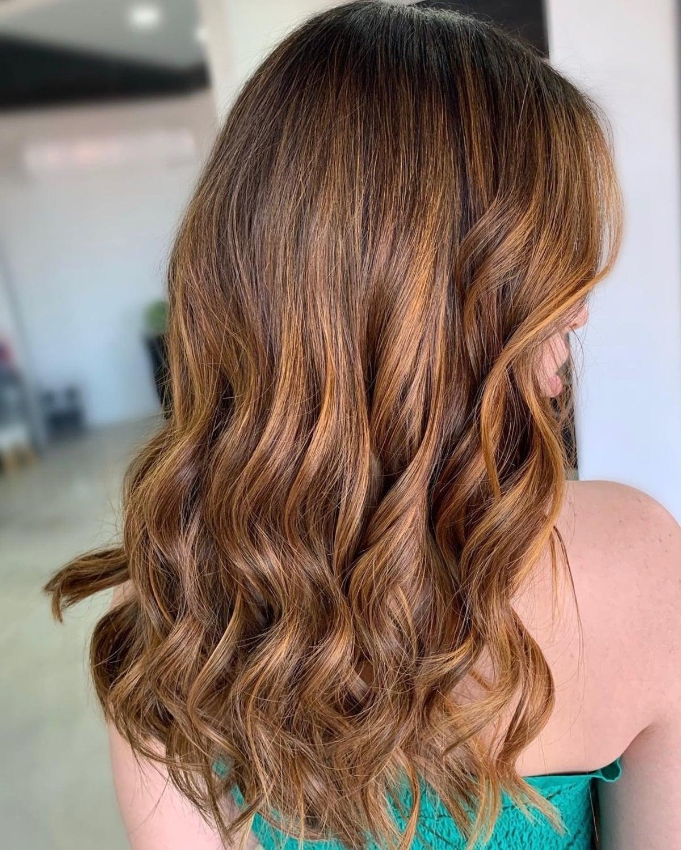Cheveux bruns cuivrés inspirés par Lily James.