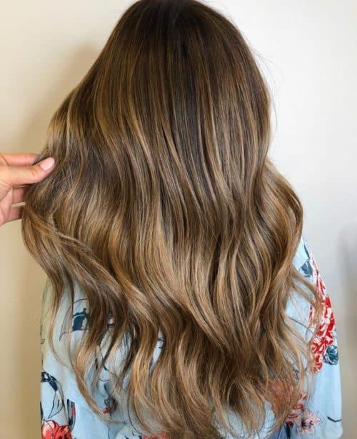 Cheveux bruns foncés