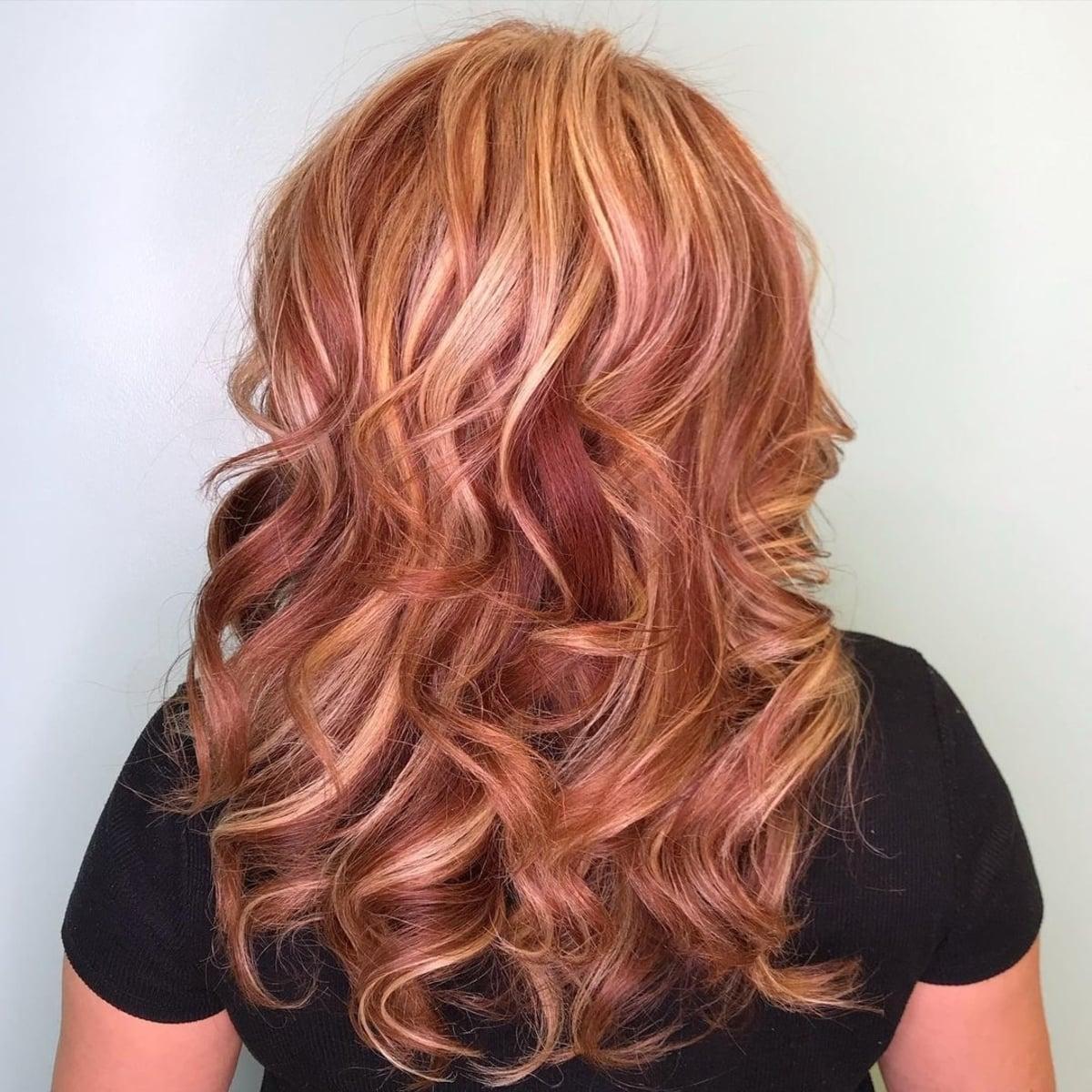Cheveux roux avec des mèches blondes