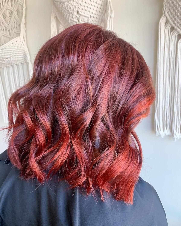 Cheveux roux foncé et brillant