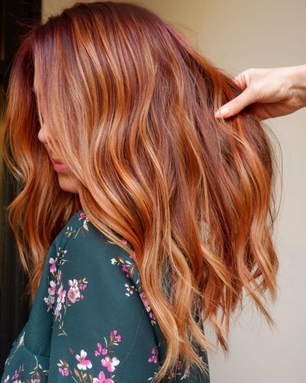 Traînées rouges sur cheveux blond-fraise