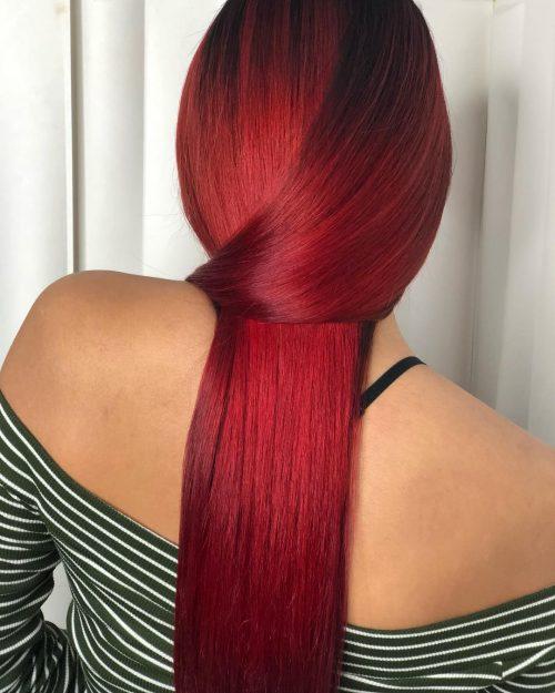 Idée de couleur de cheveux rouge rubis vif