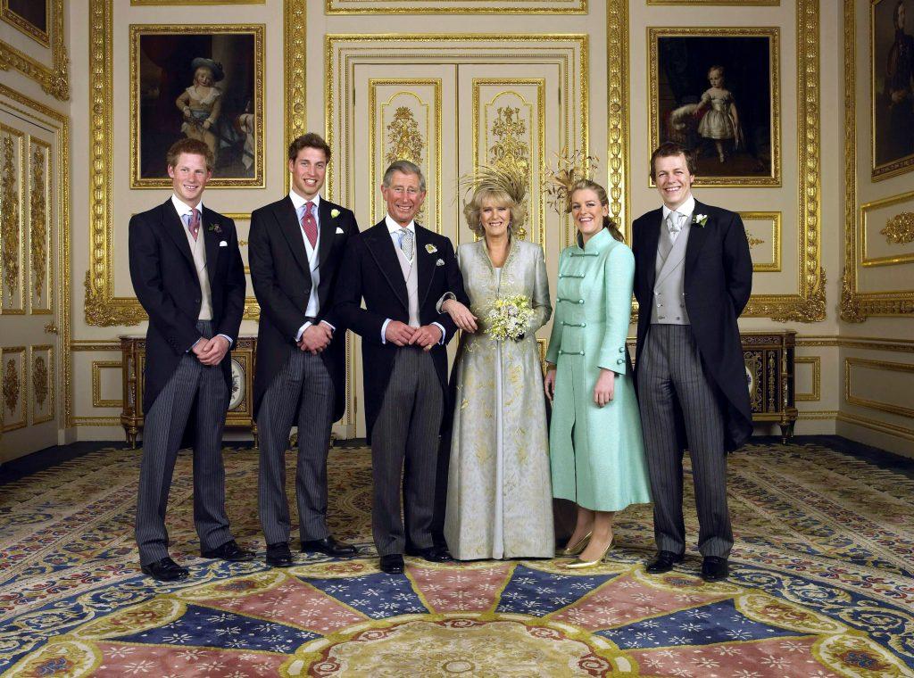 Le prince de Galles et sa nouvelle épouse Camilla, duchesse de Cornouailles, avec leurs enfants (de gauche à droite) le prince Harry, le prince William, Laura Parker Bowles et Tom Parker Bowles, dans le salon blanc du château de Windsor, samedi 9 avril 2005, après la cérémonie de leur mariage.