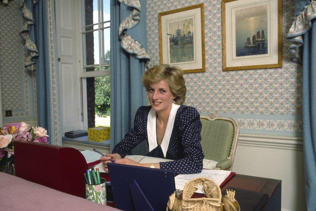 La Princesse Diana à son bureau dans son salon, à son domicile de Kensington Palace, à Londres.