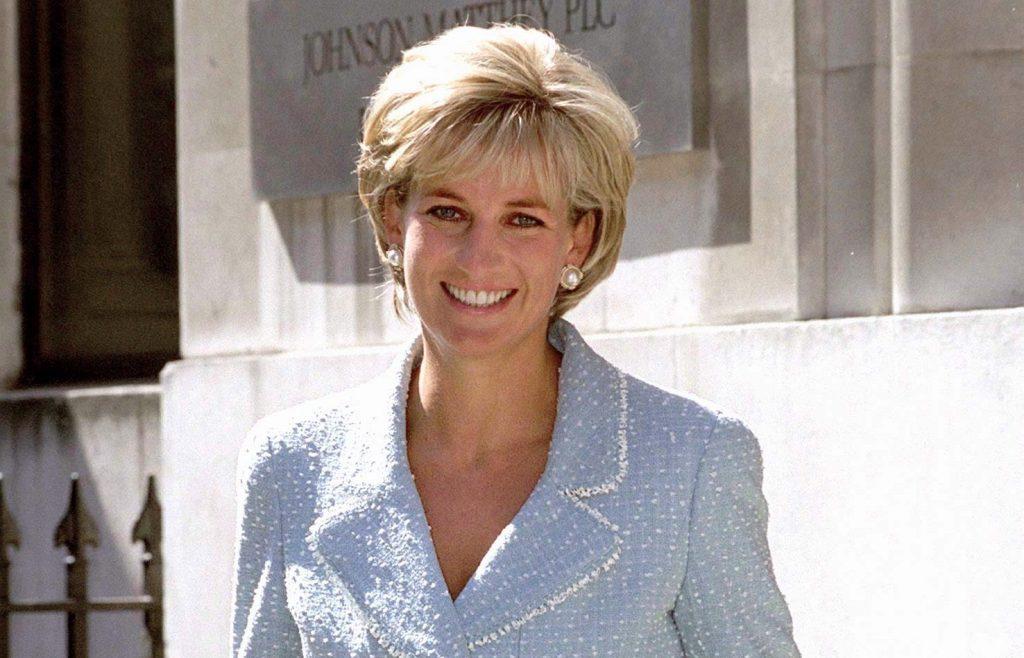 Diana, princesse de Galles, quittant la British Lung Foundation à Hatton Garden après avoir reçu un bouquet de la première rose portant son nom.