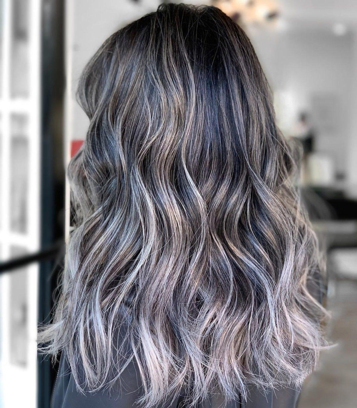 Cheveux foncés avec des mèches argentées