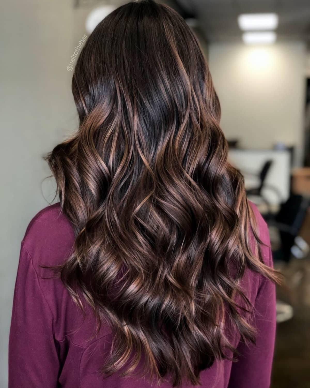 Cheveux bruns foncés avec des mèches