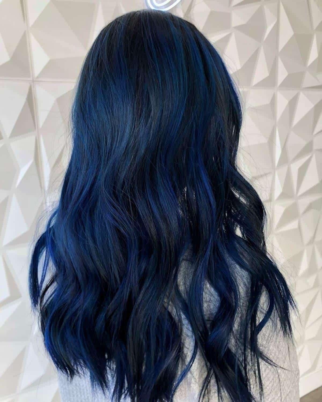 Mèches bleues sur cheveux foncés