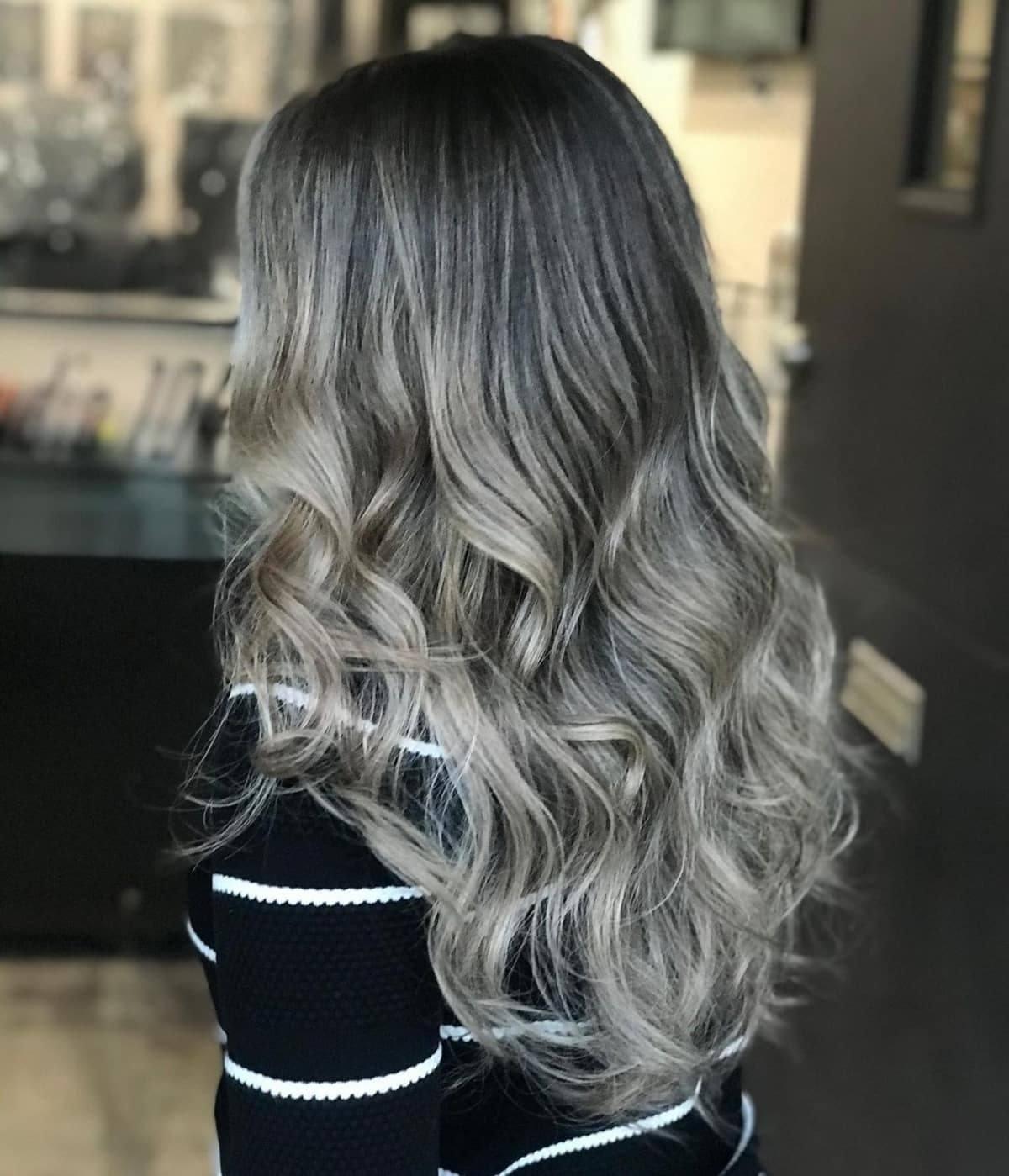 Mèches platine sur cheveux foncés