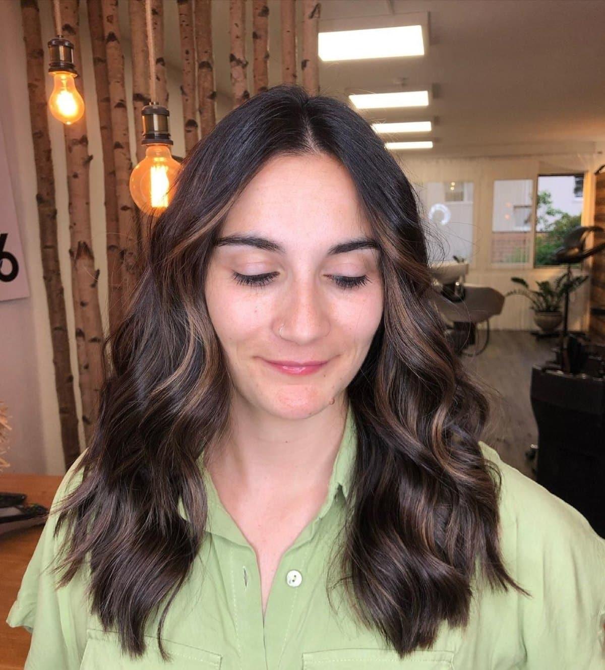 Cheveux foncés avec mèches partielles sur cheveux mi-longs