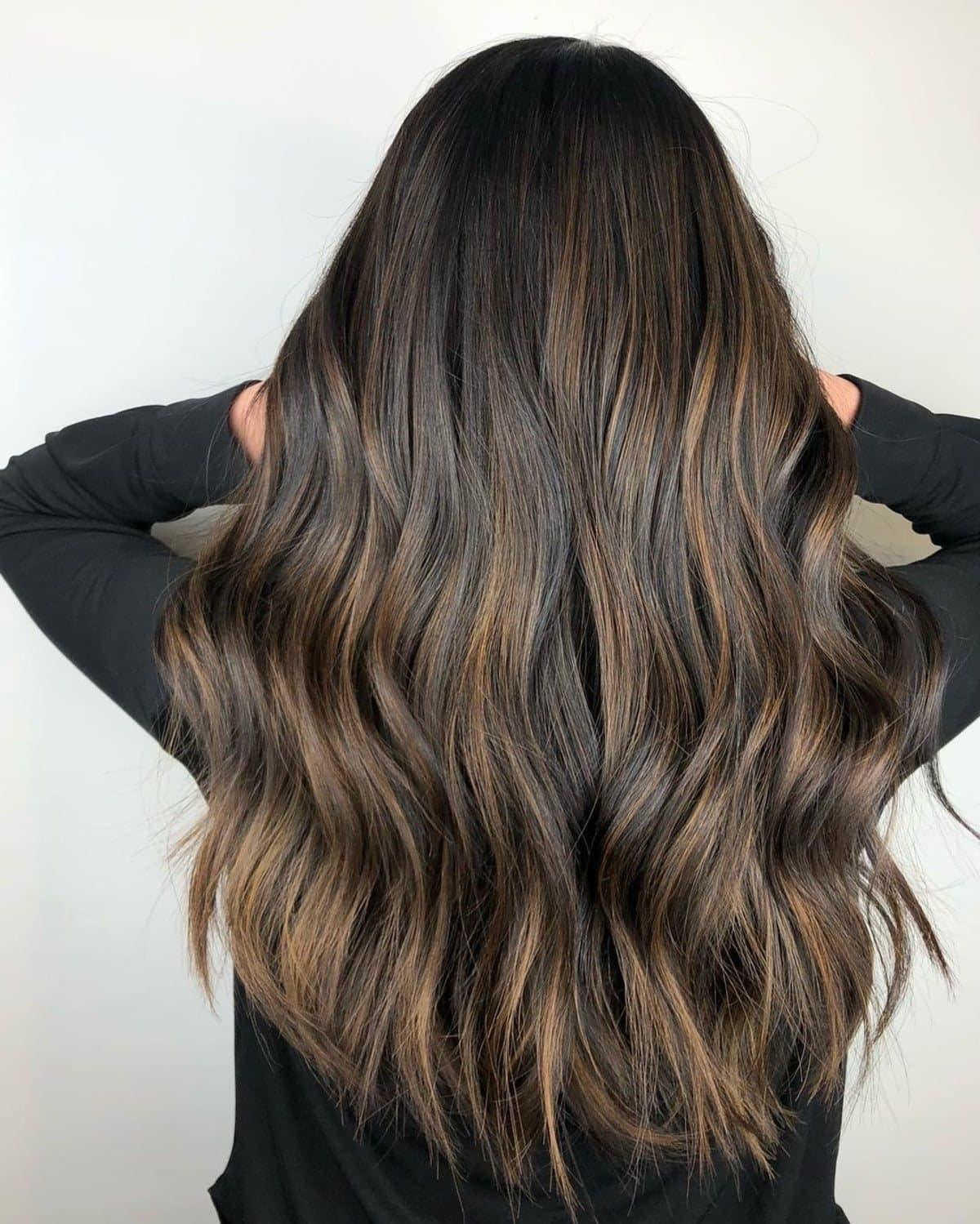 Cheveux foncés avec des reflets marron clair