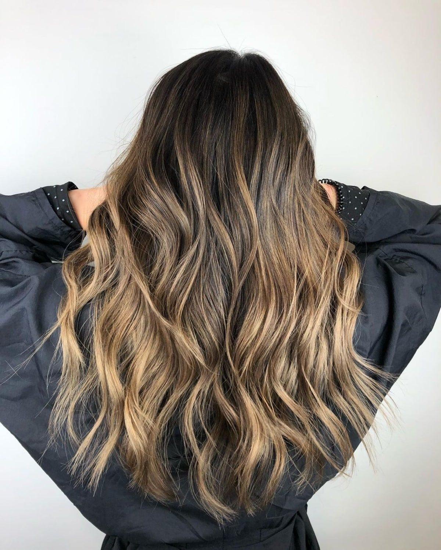 Cheveux foncés avec des mèches blondes