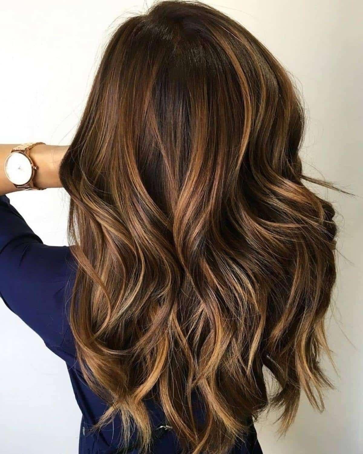 Cheveux foncés naturels avec des mèches caramel