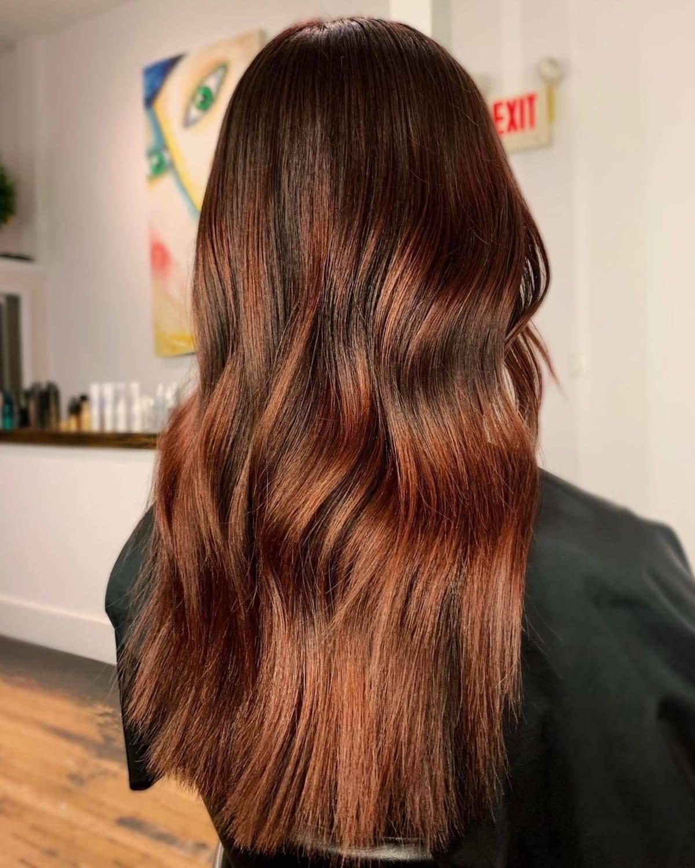 Cheveux foncés avec des reflets auburn