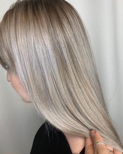 Cheveux lisses avec un balayage blond champagne