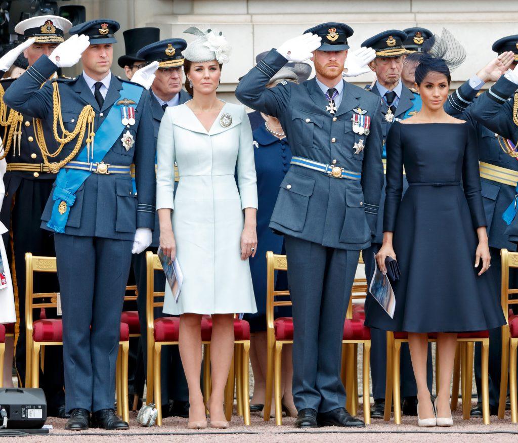 Le prince William, duc de Cambridge, Catherine, duchesse de Cambridge, le prince Harry, duc de Sussex et Meghan, duchesse de Sussex, assistent à une cérémonie marquant le centenaire de la Royal Air Force sur le parvis du palais de Buckingham, le 10 juillet 2018.