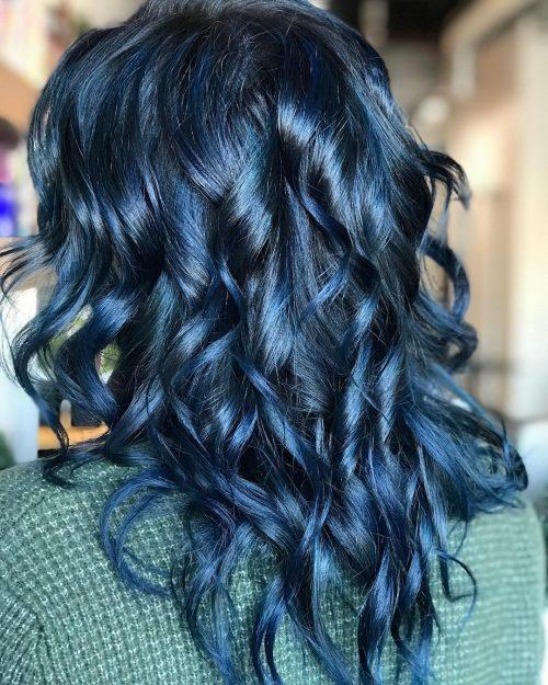 Couleur de cheveux bleu foncé frisé