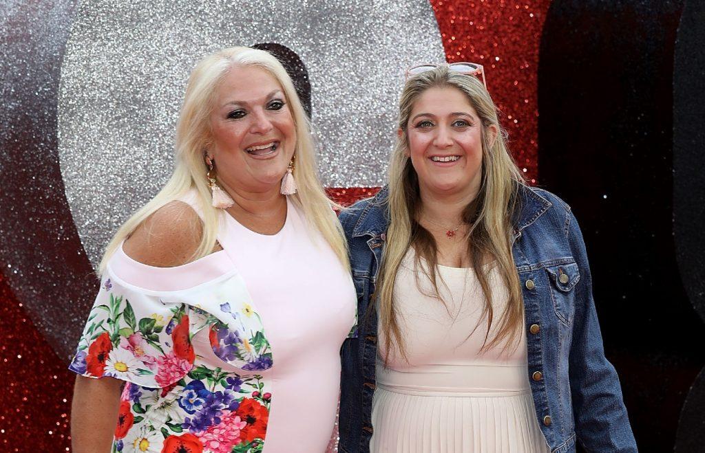 Vanessa Feltz et sa fille Saskia Kurer assistent à la première britannique de 'Ocean's 8' qui s'est tenue au Cineworld Leicester Square le 13 juin 2018 à Londres, en Angleterre.