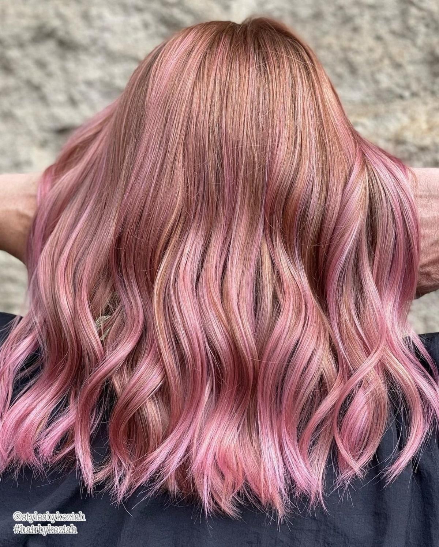 Blondeur or rose sur cheveux bruns