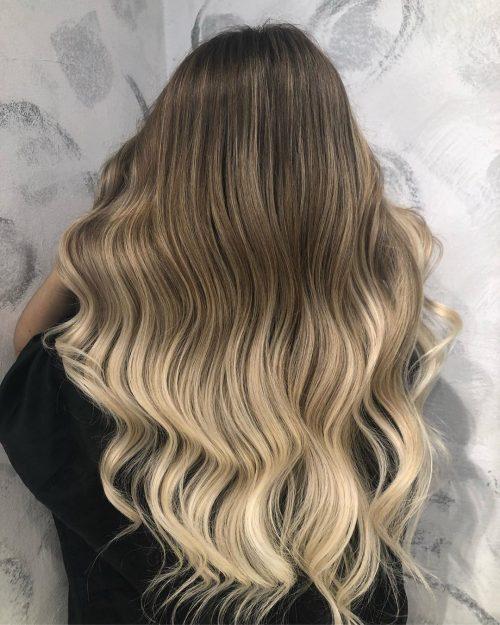 Transformation de cheveux bruns en blond clair