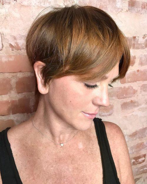 Coupe au rasoir et coiffure caramel pour les femmes de plus de 40 ans.
