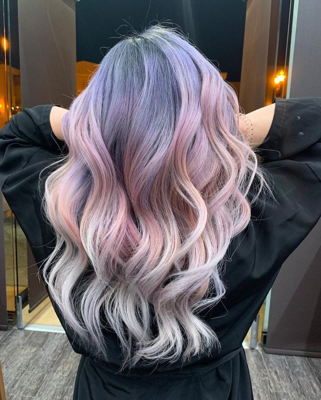Cheveux rose clair et violet