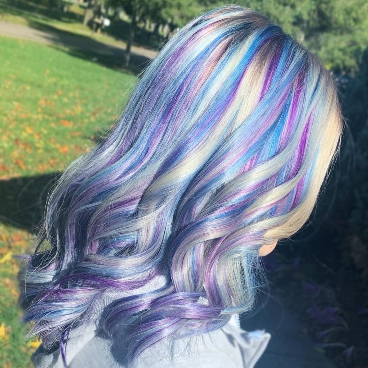 Mèches de cheveux bleu clair et violet