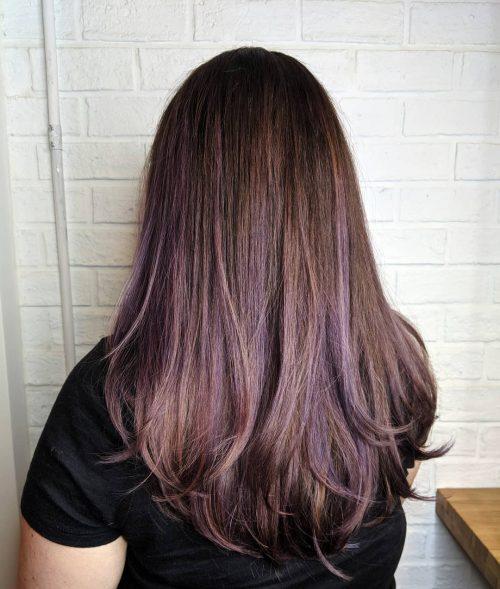 Cheveux bruns avec des mèches violettes claires