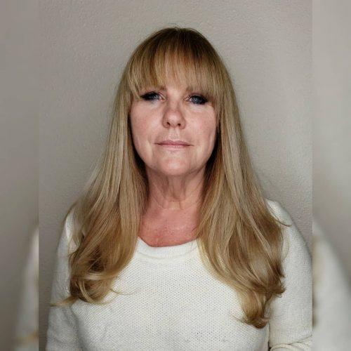 Superbe coiffure longue pour les femmes plus âgées
