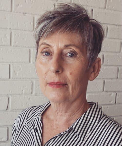 Coupe de cheveux gris pour les femmes plus âgées.
