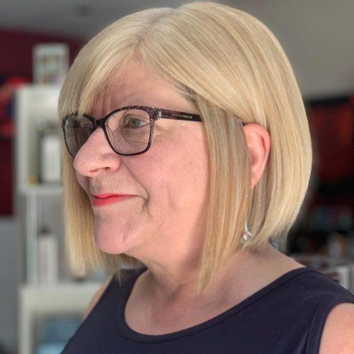 Bob court blond lisse pour les femmes de 60 ans et plus