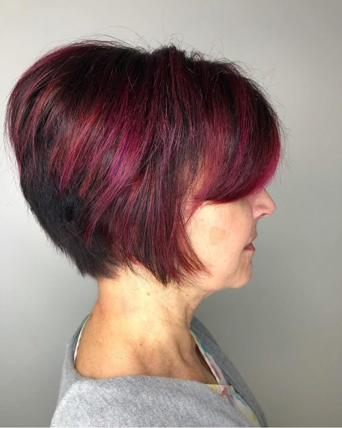 Merveilleuse coupe de cheveux en coin pour les femmes de plus de 60 ans.