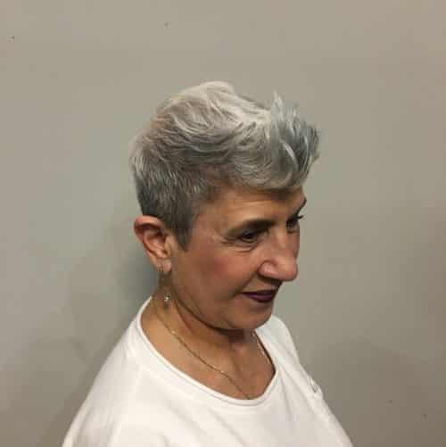 Coupe Pixie pour les femmes de 60 ans aux cheveux fins.