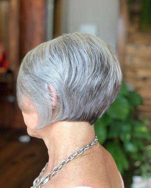 Bob à poils courts sur une femme de 60 ans.