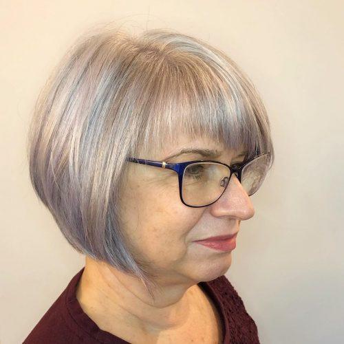 Coupe avec encadrement du visage pour les femmes de 60 ans avec des lunettes.