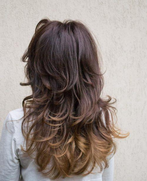 Cheveux ombrés de couleur bourgogne à caramel