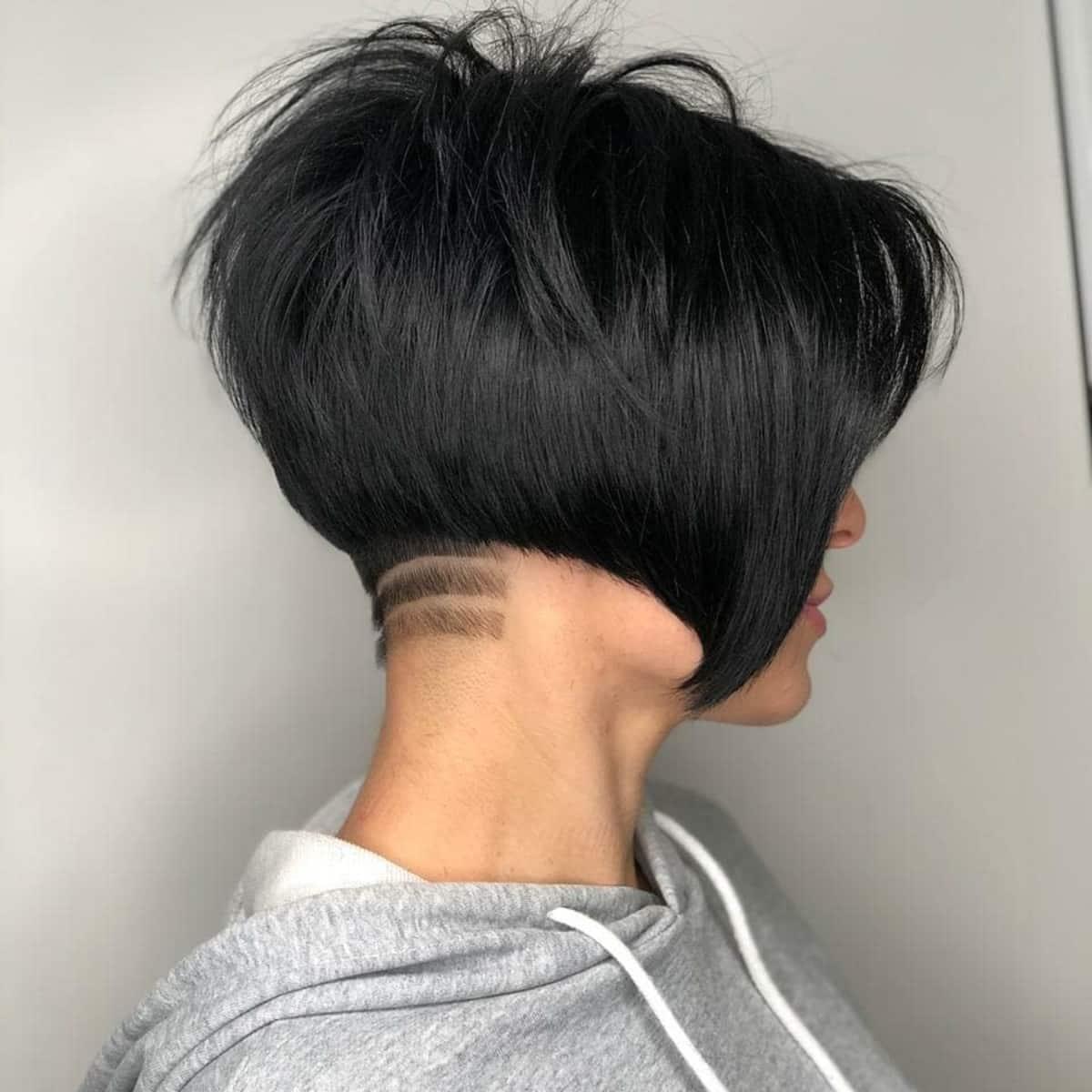 Bob Pixie Undercut avec une longue frange et une ligne de cheveux rasée