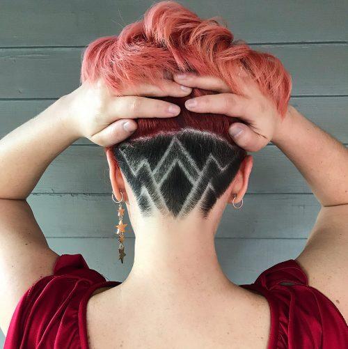 Dessin tribal cool pour une coupe de cheveux rasée pour les femmes