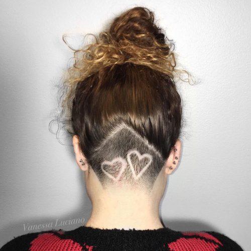 Sous-coupe simple en forme de cœur pour cheveux bouclés