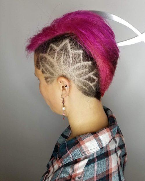 Arrangement floral mignon sur une coupe de cheveux Mohawk Pixie Cut