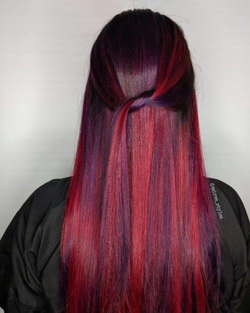 Cheveux roux avec des mèches violettes