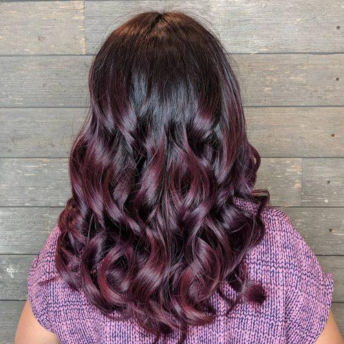 Couleur de cheveux rouge profond-violet