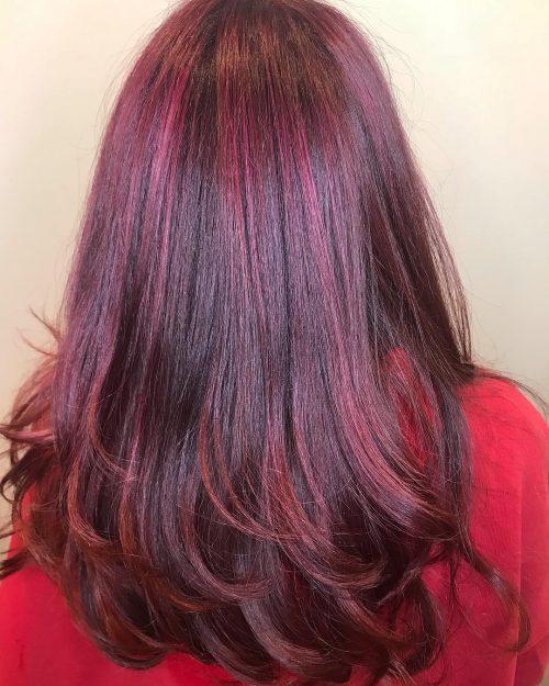 Coloration rouge violet foncé avec mèches