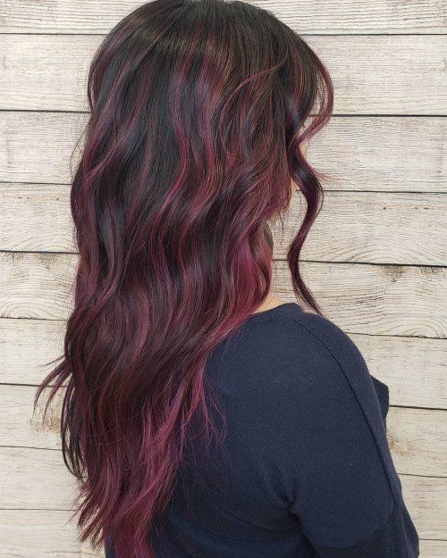 Mèches rouge-violet sur cheveux bruns
