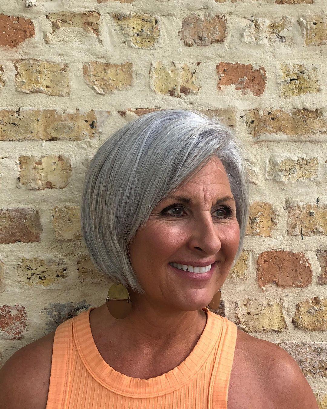 cheveux simples et raides pour les femmes âgées
