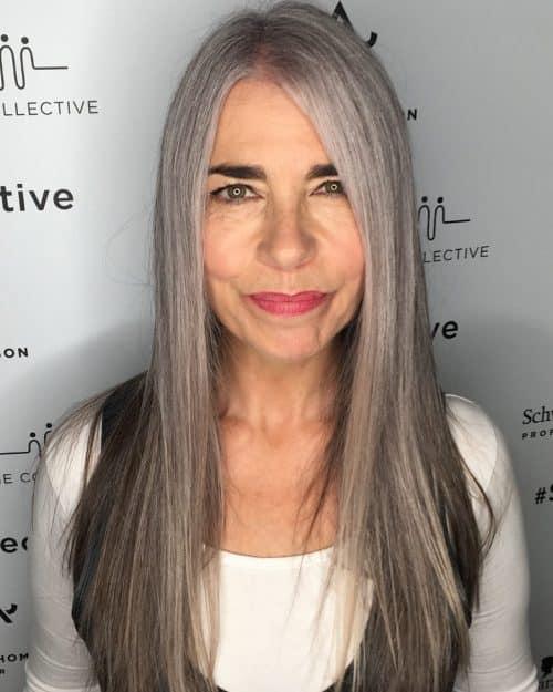 Pour les femmes âgées aux cheveux longs